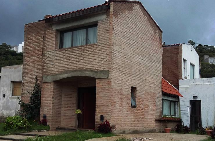 Casa en terrazas de la Estanzuela – La Calera – Cordoba – Argentina: Casas de estilo  por Alejandro Asbert Arquitecto,