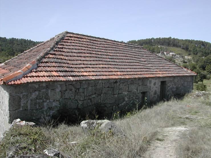 Reabilitação de um arrumo agrícola para casa de férias:   por ADVD atelier arquitectura e design