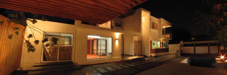 Casa Valdivia, Las Condes: Casas de estilo  por FACTOR ARQUITECTURA
