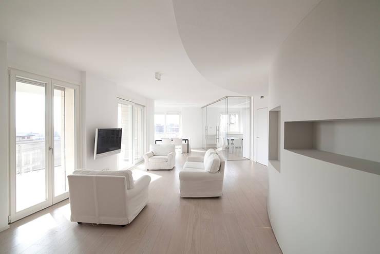 Attico Villa Lieta: Soggiorno in stile  di RWA_Architetti