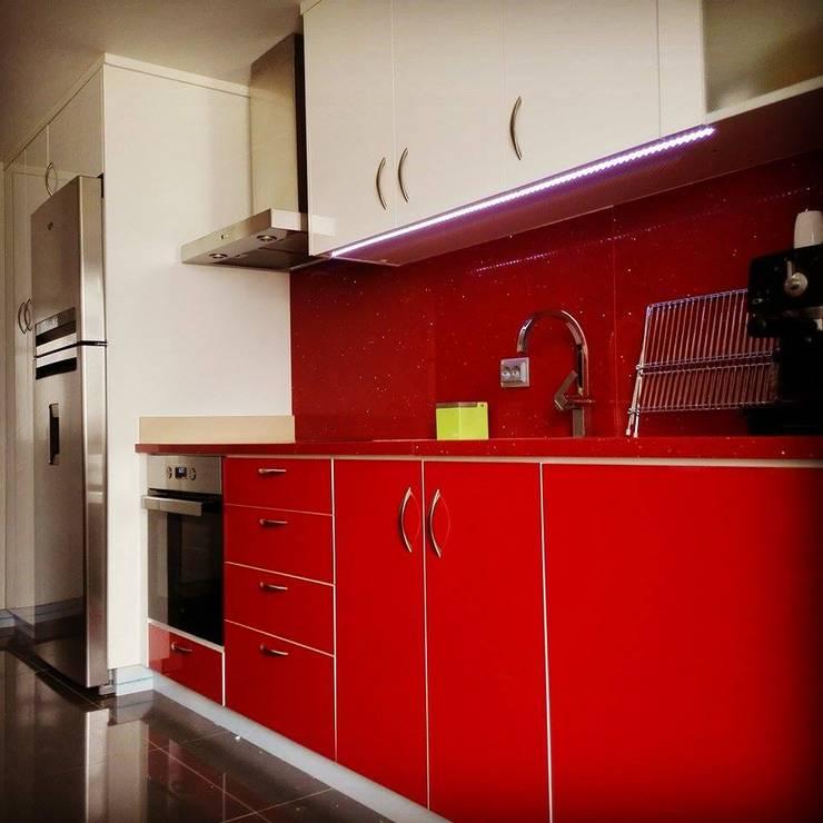 Cozinha em Termolaminado: Cozinha  por SG Indústria de Mobiliário