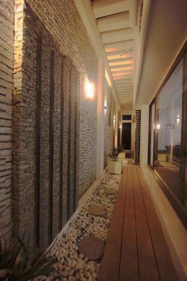 Courtyard:  Garden by Ansari Architects,Modern