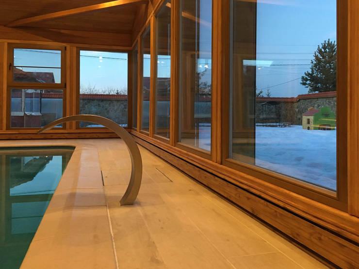 Плинтусная система Perimeter в доме с бассейном: Бассейн в . Автор – Carnot