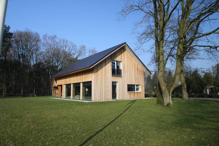 Casas de estilo  por STUDIO = architectuur, Moderno Madera Acabado en madera