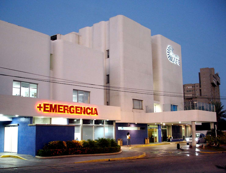 Fachada Principal del Centro Medico La Fe: Hospitales de estilo  por RFC Arquitecto