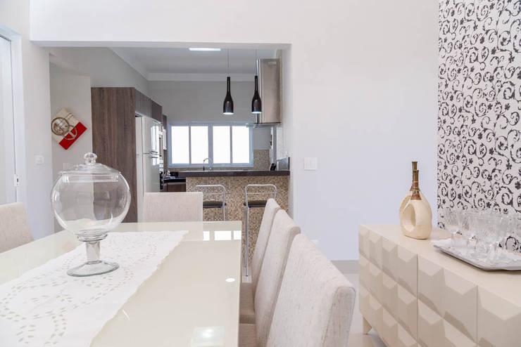 Clássica com toque de modernidade: Cozinhas clássicas por ADRIANA MELLO ARQUITETURA
