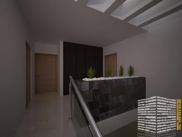 JARDINERA ESCALERA: Pasillos y recibidores de estilo  por HHRG ARQUITECTOS