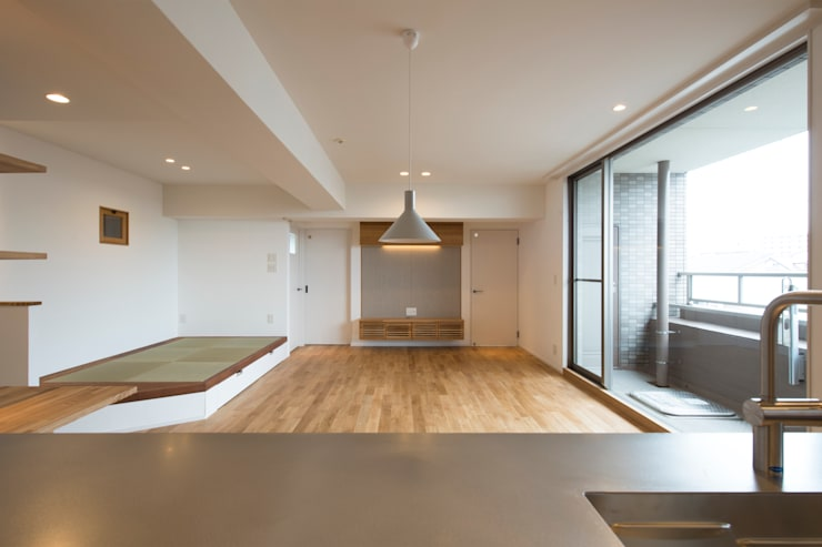 Cherry-kitchen House (Renovation): Sakurayama-Architect-Designが手掛けたリビングです。
