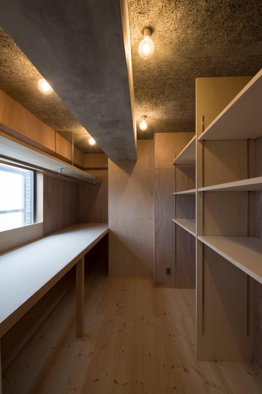 Cherry-kitchen House (Renovation): Sakurayama-Architect-Designが手掛けたガレージです。