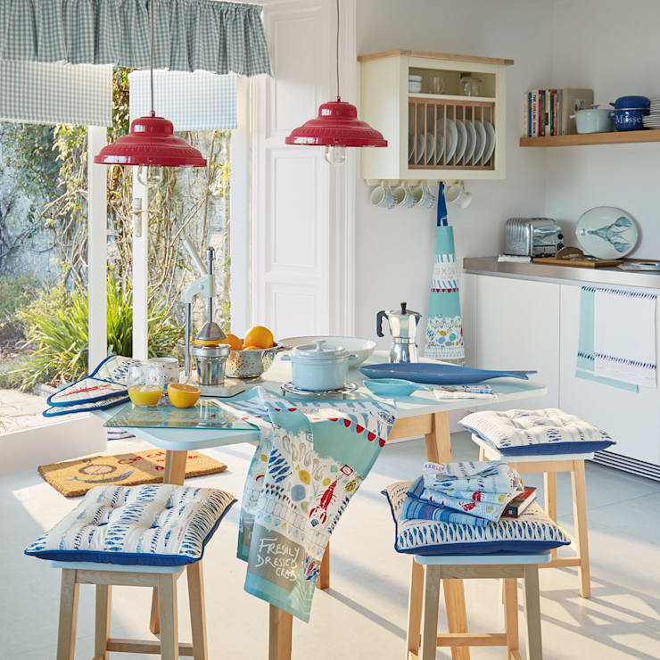 Cocina Harbour: Cocinas de estilo  de Laura Ashley Decoración