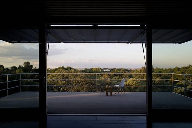 Balcones y terrazas de estilo moderno por NOEM