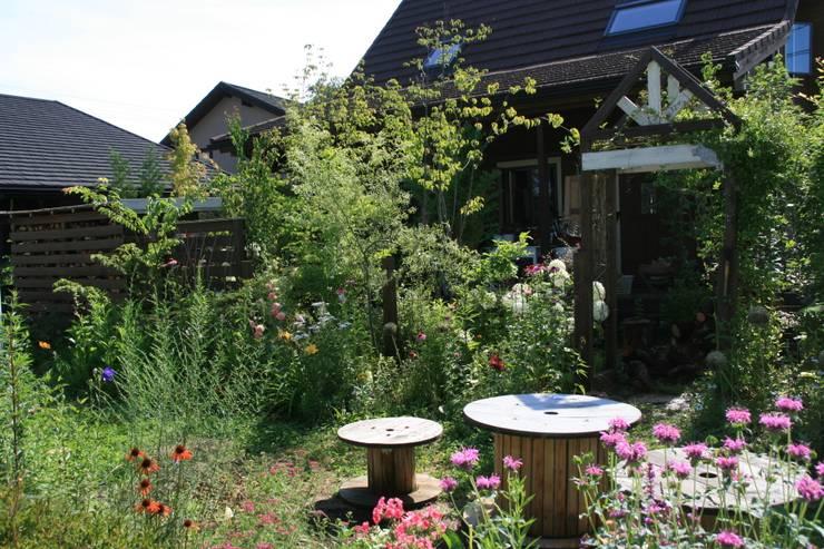 宿根草の庭: 株式会社ガーデンホリックが手掛けたカントリーです。,カントリー
