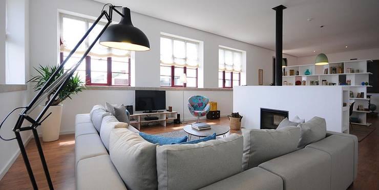 LUGAR DAS LETRAS: Salas de estar  por MHPROJECT,Moderno