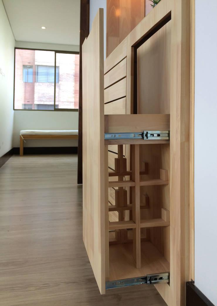 Detalle de panel para almacenamiento de botellas: Salones de estilo  por ALSE Taller de Arquitectura y Diseño,