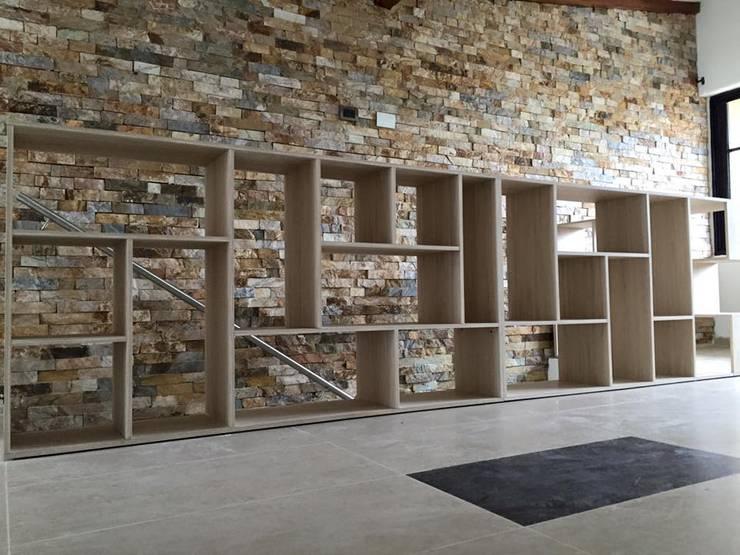 Pared en laja San Andrés en espacato: Salas de estilo moderno por ALSE Taller de Arquitectura y Diseño