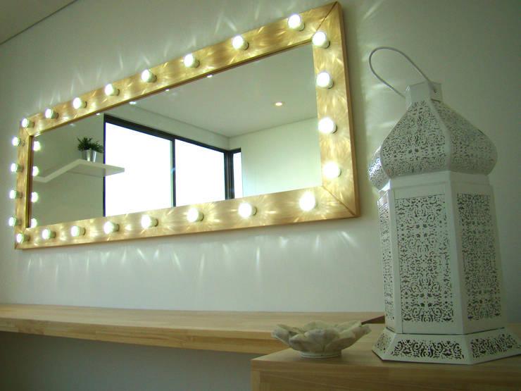 Detalle de espejo para maquillaje: Spa de estilo  por ALSE Taller de Arquitectura y Diseño
