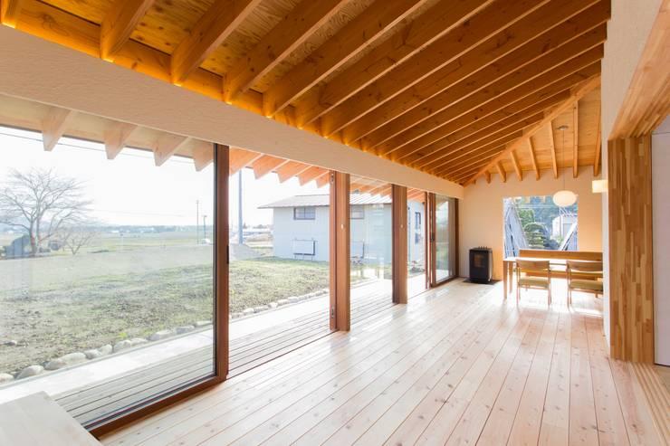 西根の家/House in NISHINE: アーキテクチュアランドスケープ一級建築士事務所が手掛けたリビングです。