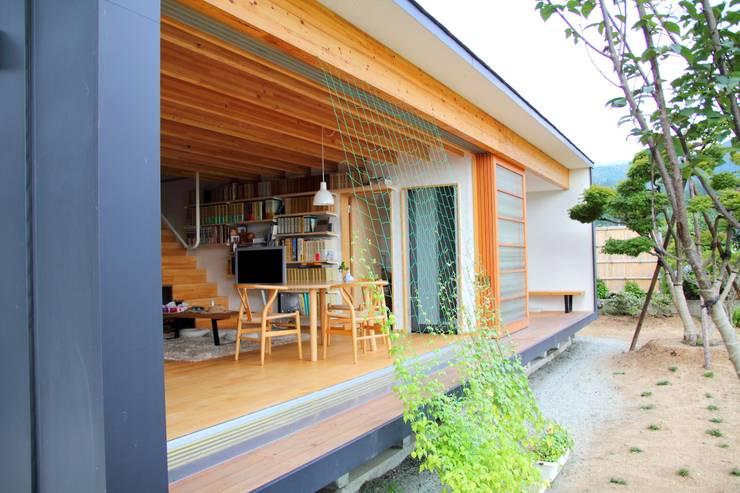 白鷹の家/SNOW LIGHT HOUSE: アーキテクチュアランドスケープ一級建築士事務所が手掛けたテラス・ベランダです。