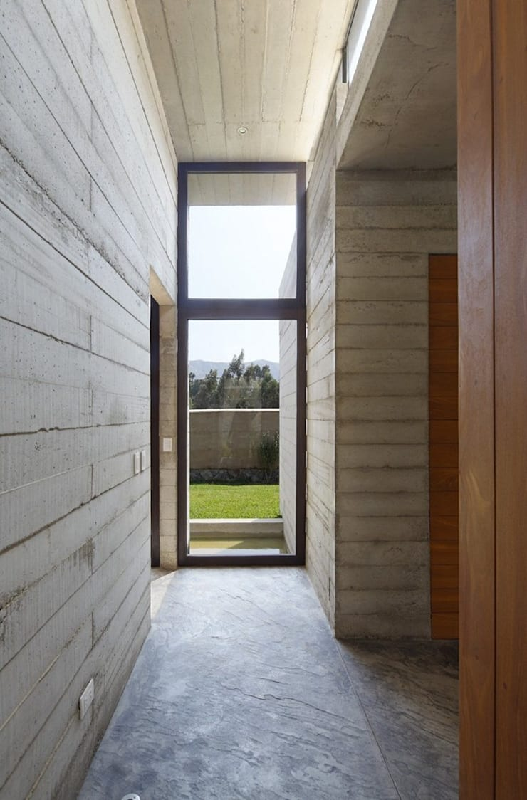 Casa oZsO: Pasillos y vestíbulos de estilo  por Martin Dulanto,