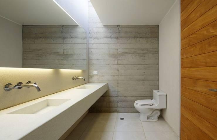 Casa oZsO: Baños de estilo moderno por Martin Dulanto