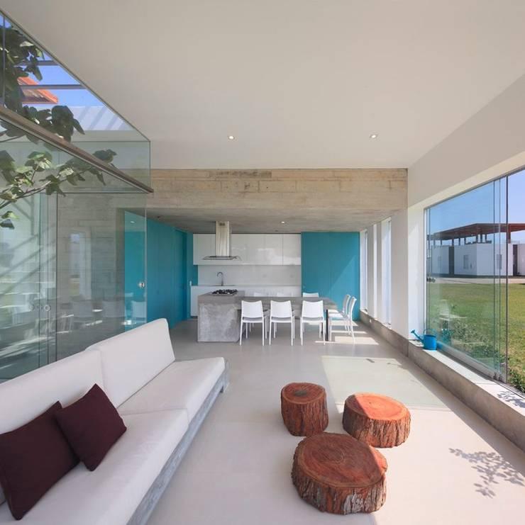 Casa Maple: Salas / recibidores de estilo  por Martin Dulanto, Moderno