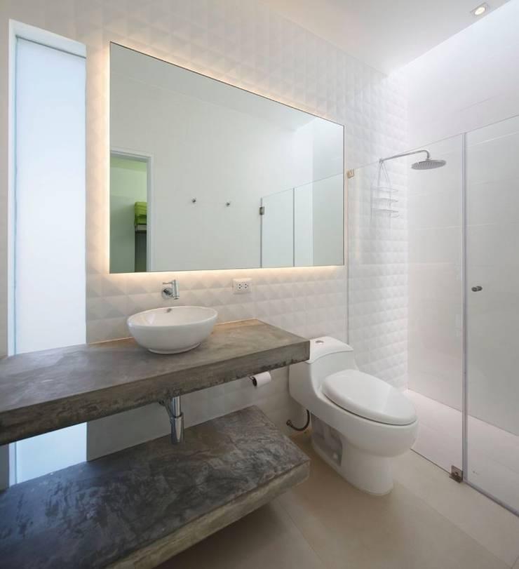 Casa Maple: Baños de estilo moderno por Martin Dulanto