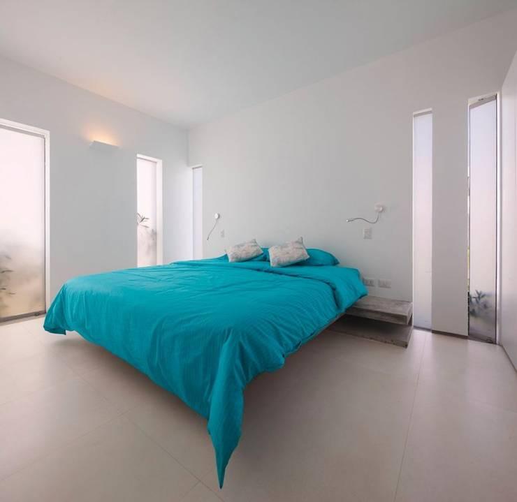 Dormitorios de estilo moderno de Martin Dulanto