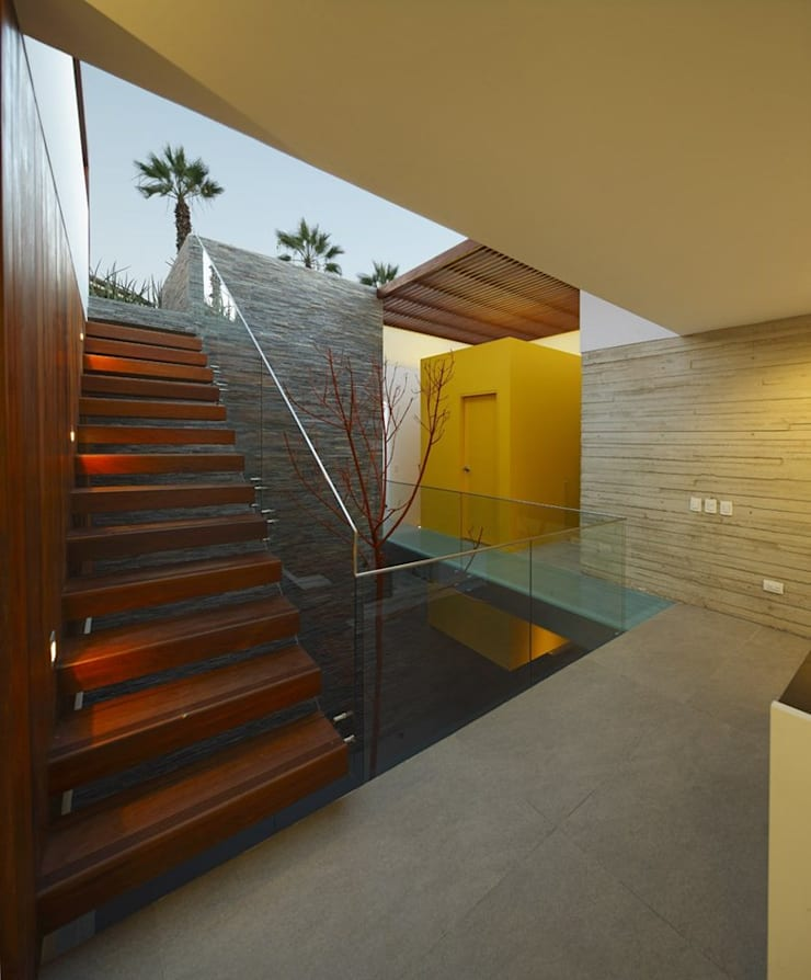 Casa P12: Pasillos y vestíbulos de estilo  por Martin Dulanto