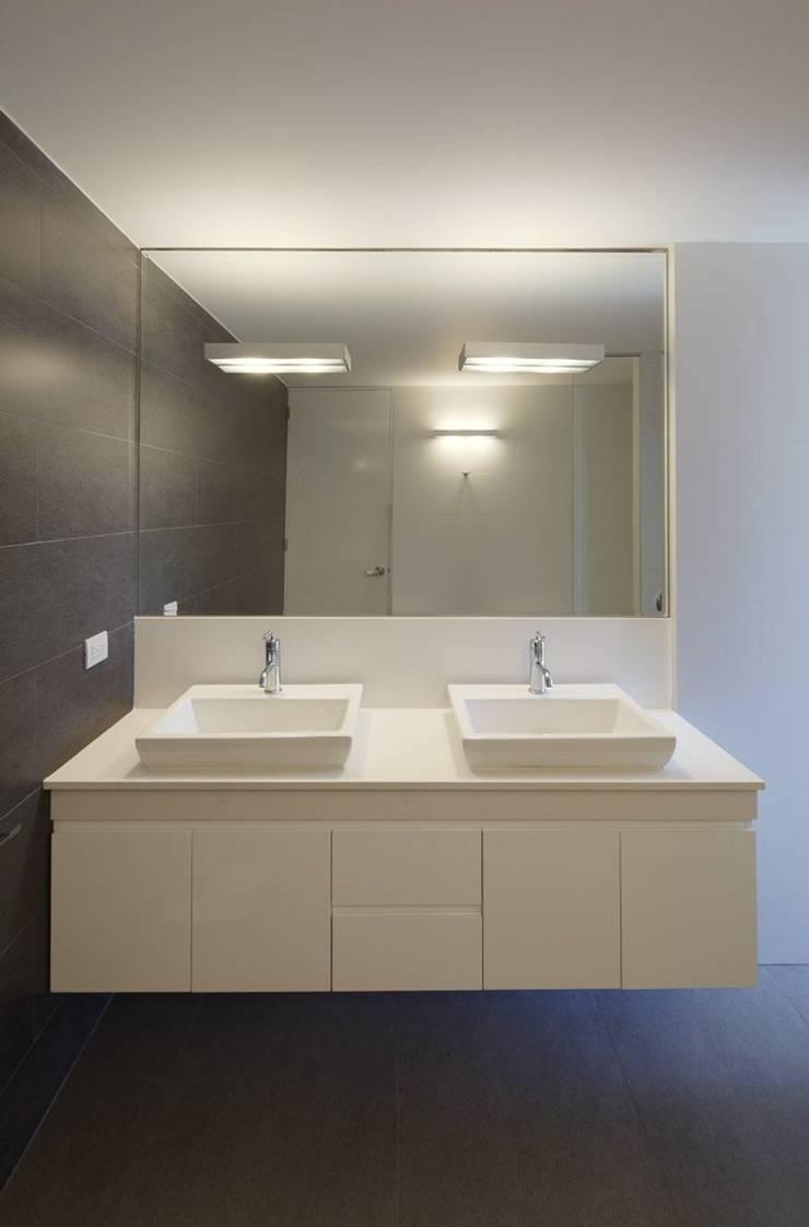 Casa P12: Baños de estilo  por Martin Dulanto