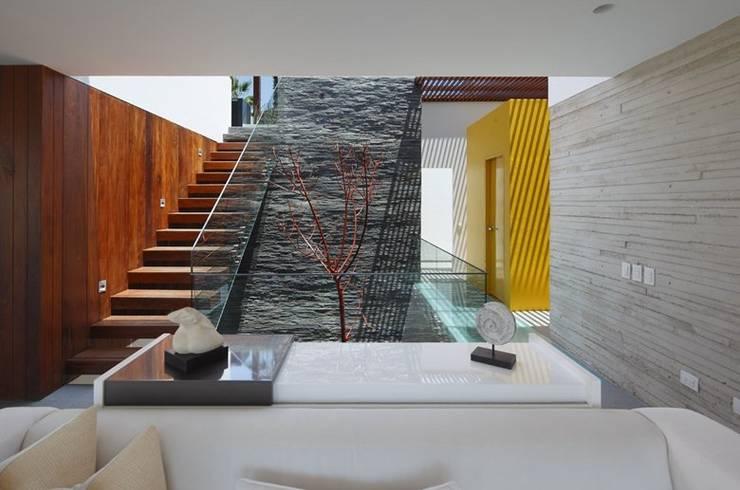 Couloir et hall d'entrée de style  par Martin Dulanto