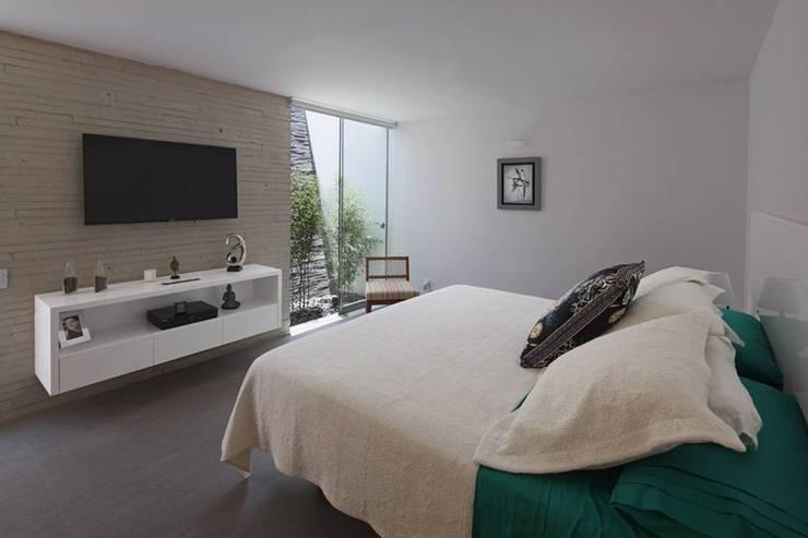 Casa P12: Habitaciones de estilo moderno por Martin Dulanto