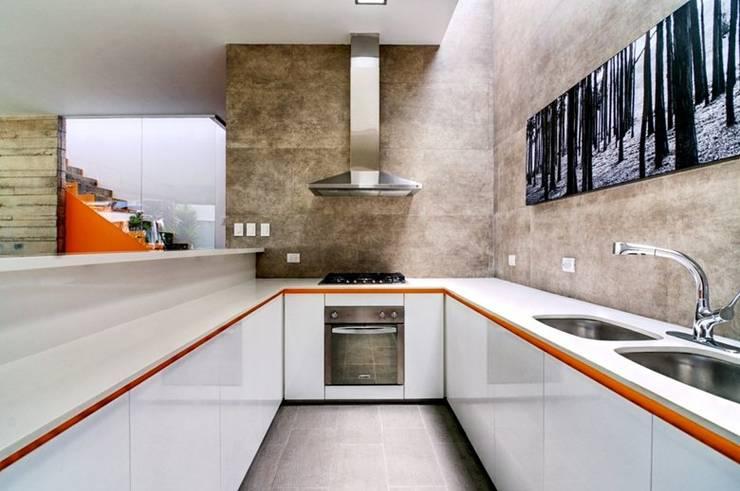 Casa Seta: Cocinas de estilo  por Martin Dulanto