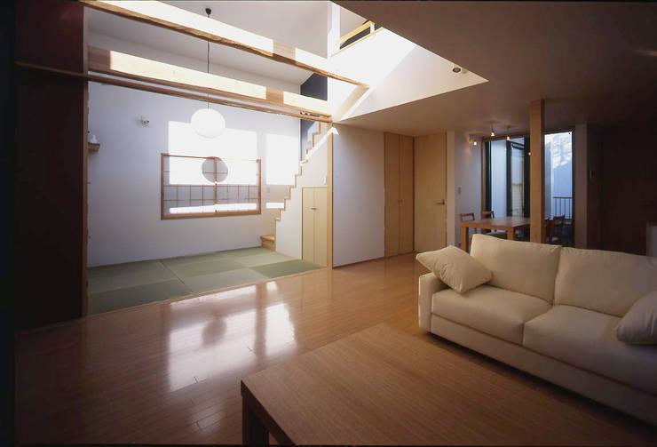 フラットハウス Salas de estilo moderno de 株式会社横山浩介建築設計事務所 Moderno