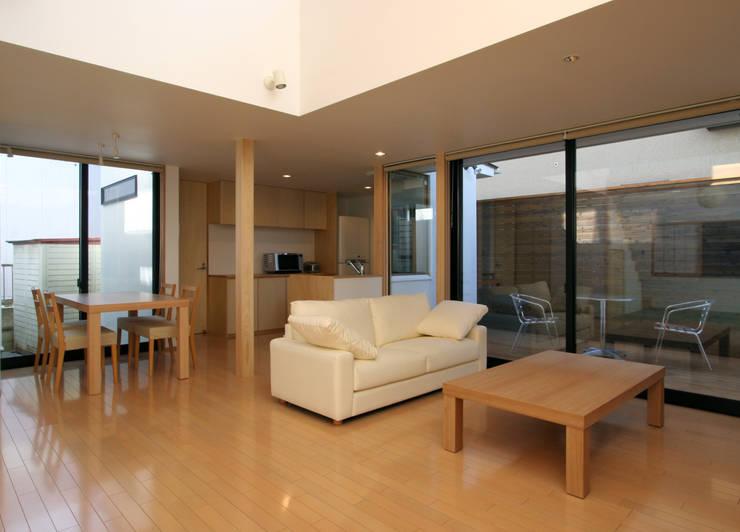 Projekty,  Salon zaprojektowane przez 株式会社横山浩介建築設計事務所