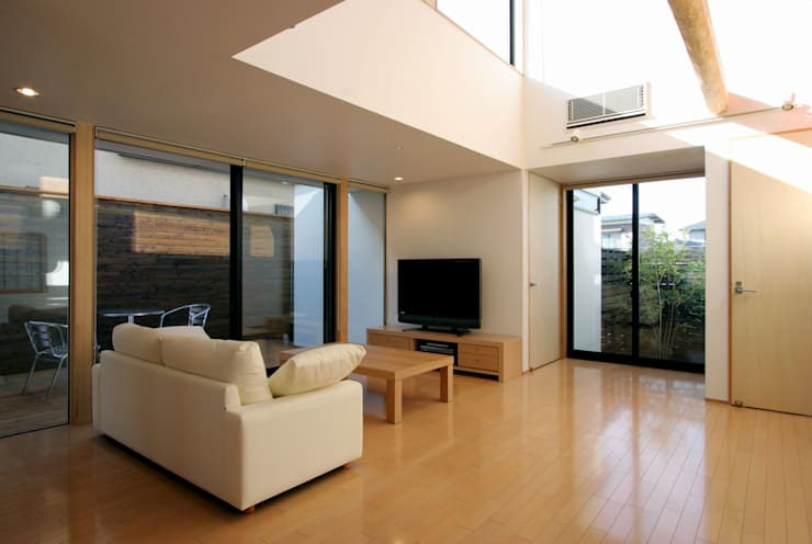 フラットハウス: 株式会社横山浩介建築設計事務所が手掛けたリビングです。
