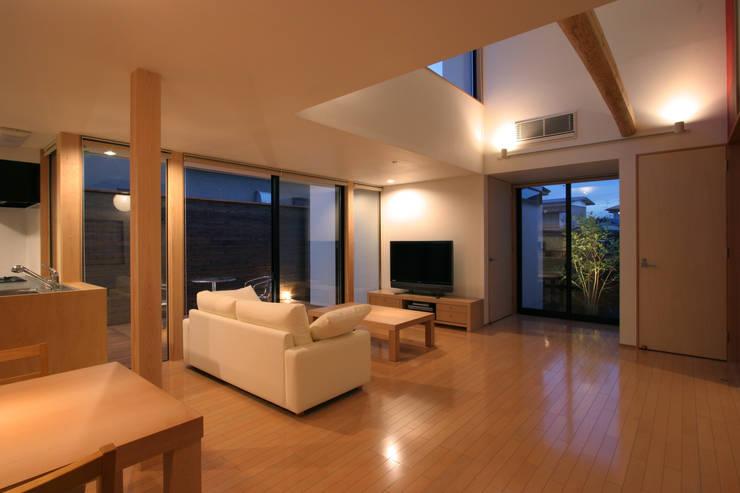 modern Living room by 株式会社横山浩介建築設計事務所