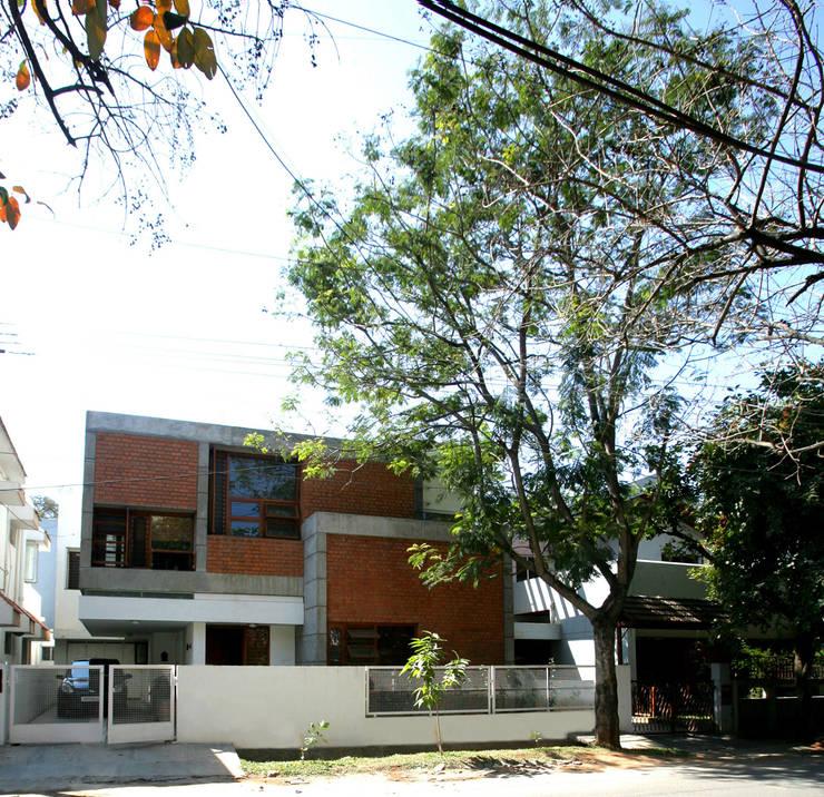 Sharma House: minimalistic Houses by Kamat & Rozario Architecture