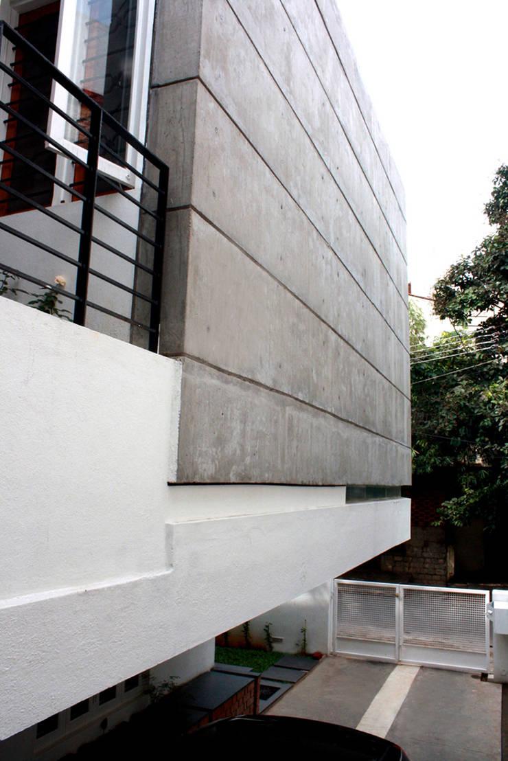 Sharma House:  Houses by Kamat & Rozario Architecture