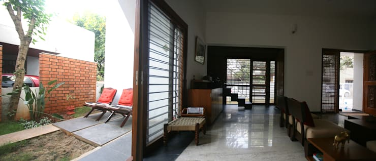 Sharma House:  Living room by Kamat & Rozario Architecture