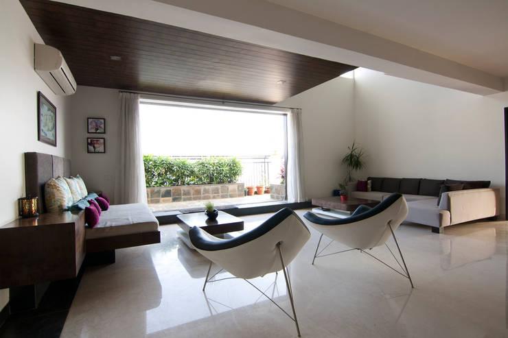 Hazel Penthouse: minimalistic Living room by Kamat & Rozario Architecture