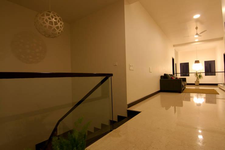Hazel Penthouse:  Corridor & hallway by Kamat & Rozario Architecture