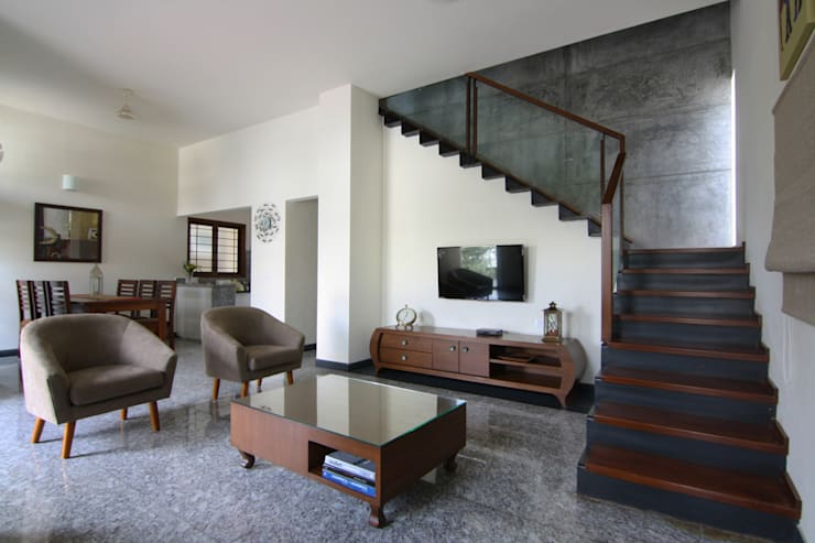 House 328:  Living room by Kamat & Rozario Architecture