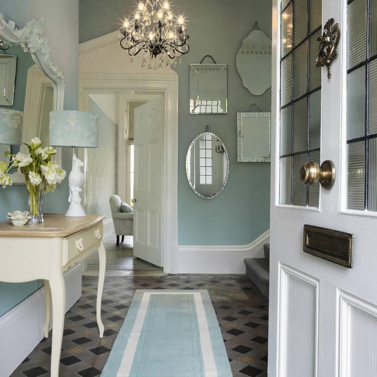 經典風格的走廊,走廊和樓梯 根據 Laura Ashley Decoración 古典風