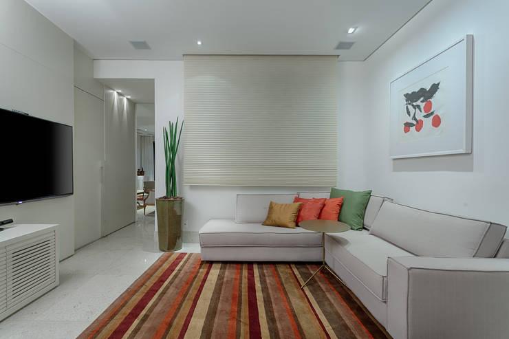 Salas de estilo  por Emmanuelle Eduardo Arquitetura e Interiores