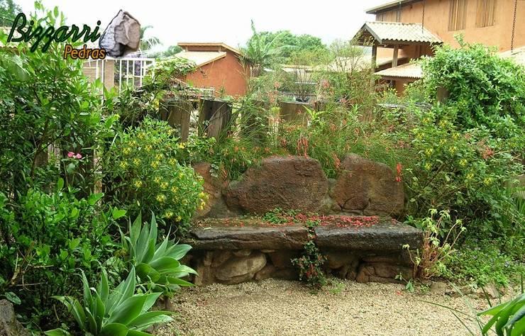 Paisagismo com pedras: Jardins rústicos por Bizzarri Pedras