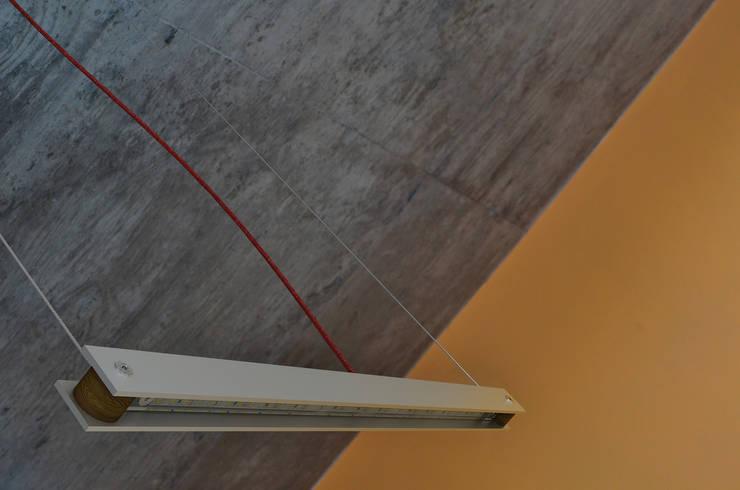 Lineal – Lampara de Colgar LED 2: Livings de estilo  por Estudio Indo