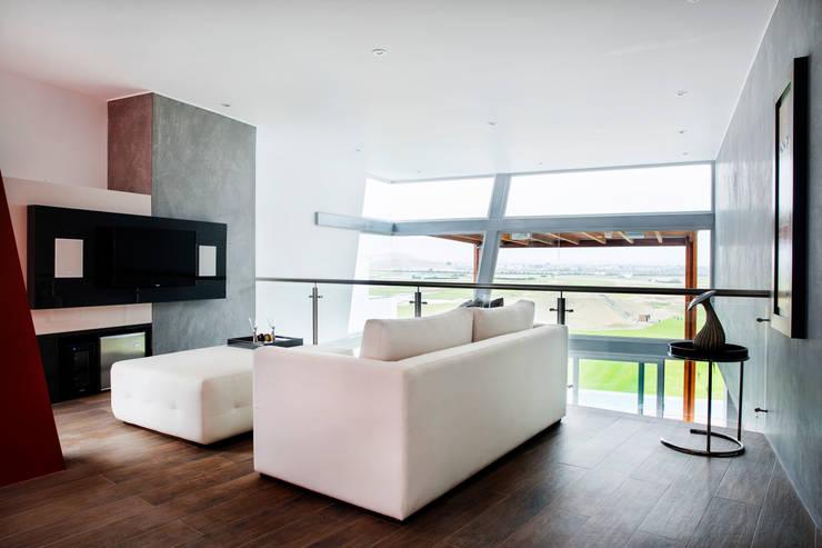 Sala de television del dormitorio principal : Salas de entretenimiento de estilo  por Carughi Studio