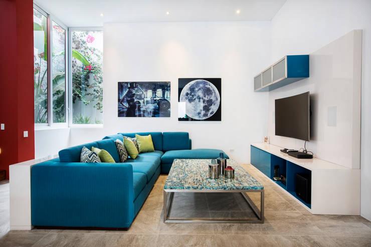 sala de entretenimiento: Spa de estilo  por Carughi Studio