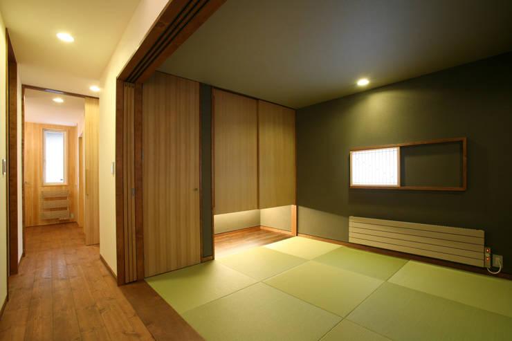 和室: 一級建築士事務所 アトリエ カムイが手掛けた寝室です。