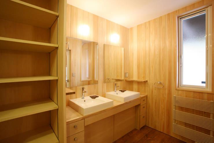 洗面室: 一級建築士事務所 アトリエ カムイが手掛けた浴室です。